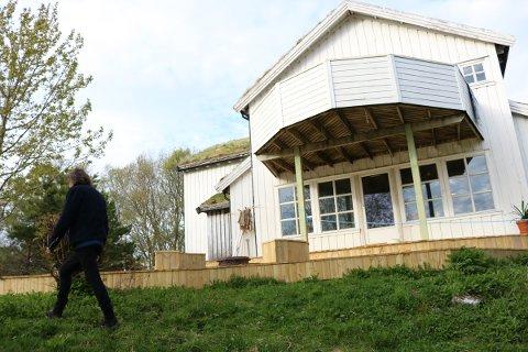 Huset på Engeløya har torv på taket og tørrfisk nært inngangsdøra.