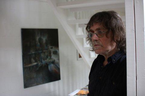 Bildet i bakgrunnen henger vanligvis i Hugo Aasjords galleri i huset på Engeløya. Nå pryder det også plakat og brosjyrer for Petter Dass-dagene 2018.