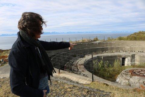 Under krigen lå ei av de største kystfestningene i Europa på yttersida av Engeløya - Batterie Dietl. Hugo Aasjord har hatt utstilling i fundamentet til en av de tre enorme kanonene som sto her.