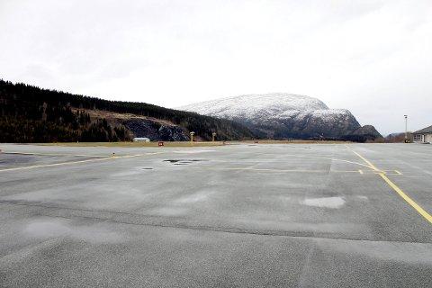 Mosjøen: En rapport bestilt fra Samferdselsdepartementet slår fast at det er ulønnsomt å endre lufthavnstrukturen. Her fra flyplassen i Mosjøen.