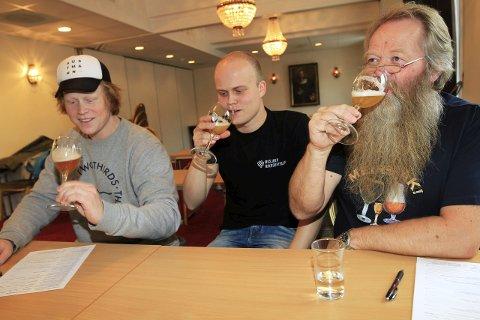 Dommerpanelet: Thomas Sjue, Stian Skogly og Inge Staldvik er godt i gang med å teste 37 sorter øl. Hvem som har det beste brygget på Helgeland avsløres i kveld. Foto: Stine Skipnes