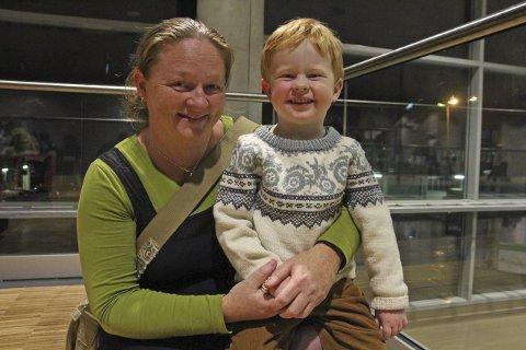 Fra Leirfjord: Jorunn Vrålstad tok med sønnen Audun (3,5 år9 på forestilling.