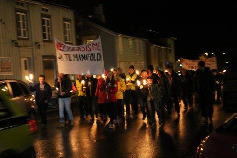 Nei til rasisme: Ja i til mangfold sto på den fremste banneren i det lange fakkeltoget.
