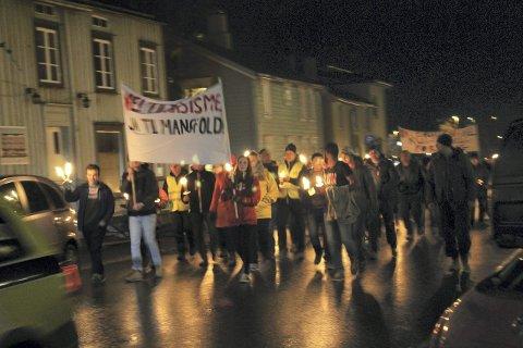 Nei til rasisme: Ja til mangfold. Dette var budskapet først i fakkeltoget onsdag. foto: benedicte wærstad