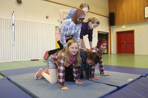 AKROBATER: Victoria (øverst), Halimo, Rikke, Ingeborg, Julie og Susanne i 6. klasse øver inn dansenummer til jubileumsforestillingen for Sandnes barneskole.Foto: JGS