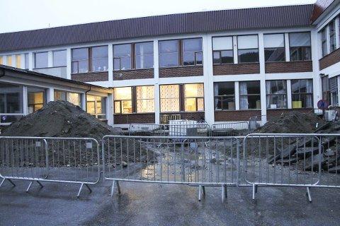Synderen var en dieseltank her ved Mosjøen videregående skole avdeling Kippermoen. Tanken på over 10.000 liter var ødelagt og lakk gjennom et hull i bunnen. Nå er den gravd vekk og fjernet.
