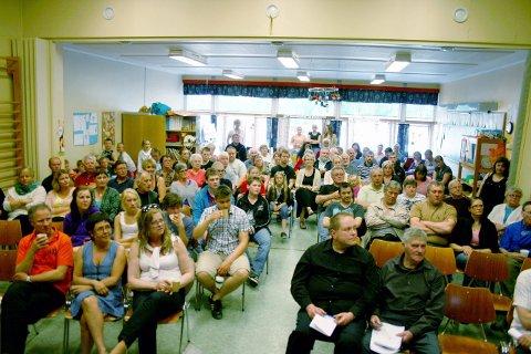 Engasjement: Elsfjord skole har vært foreslått nedlagt også tidligere. Her fra et folkemøte på skolen om skolens skjebne i 2011. Foto: Alf Vesterbekkmo