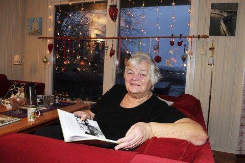 Halsøy-hyllest: Åse Langseth (75) har sanket inn info og bilder fra Halsøy i Vefsn. Resultatet er boka «Hus og folk på Halsøy». – Det er helt fabelaktig at jeg har fått lånt så mange bilder. De fleste har vist stor velvilje, sier Langseth – med utsikt til Nesbruket hvor hun jobbet i 37 år. Opplaget er på 500 bøker og selges kun privat.  Foto: stine Skipnes