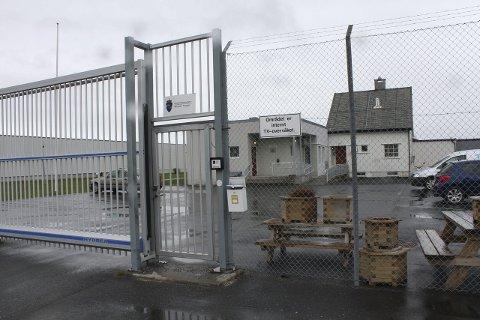 PÅ VENT: Politikerne og næringslivet i Vefsn har lenge kjempet for et nytt og større fengsel i Mosjøen. Nok en gang ble kommunen avspist i årets statsbudsjett, og det gamle fengselet (bildet) består som det er for denne gang.Arkivfoto: Jon Steinar Linga