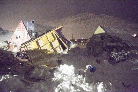 TRAGEDIE: Snøskredet på Svalbard lørdag tok to menneskeliv og ødela ti hus. Foto: Christopher Engås
