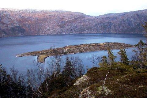 MERKES: Det er mange lumske skjær på kysten av Helgeland. Nå blir ett av dem, øst for Bardalsøya,  merket. Foto: Martin Jøsevold