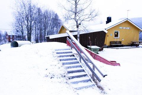 Tomt? Skal Elsfjord barnehage, her avbildet, og Elsfjord skole, legges ned? Partiene er preget av splid mellom ideer om god bygdepolitikk og harde økonomiske hensyn. Foto: Stine Skipnes