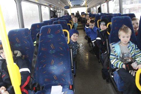MED BUSS: Endret skolestruktur vil føre til at enda flere elever må ta buss til skolen.