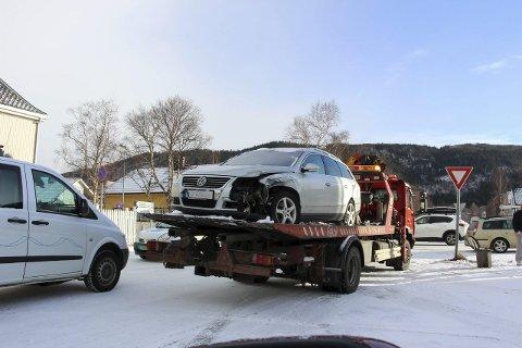PÅKJØRT: Bilen som ble påkjørt i Tordenskjoldsgate fredag morgen var ikke kjørbar etter den kraftige smellen. (Foto: Rune Pedersen)