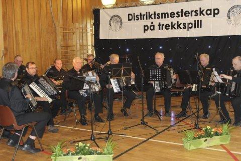 Konkurransen: Saltdal Trekkspillklubb var en av trekkspillklubbene som deltok i gammeldansklassen. Mellom 150 og 200 musikere deltar i distriktsmesterskapet.Foto: Snorre P. Sjøvoll