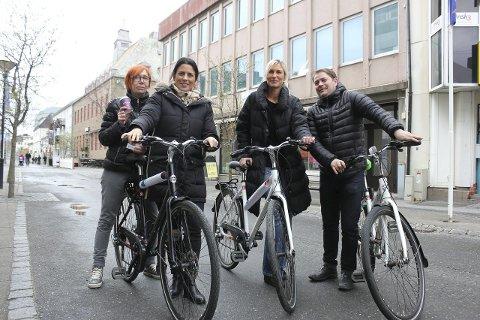 SATSER: Nelly Pavlova (til venstre), Bianca Nemec, Randi Andersen og Kristian Skar lover å gjøre sitt for å få folk til å oppdage Helgeland fra sykkelsetet.Foto: Jarl G. Sandholm