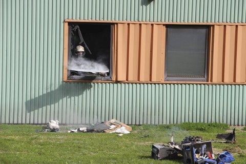 Ved 9.30- tida var oppryddingen i det brannherjete rommet i full gang. Bilder: Rune Pedersen
