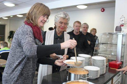 I MÅL: Eva Narten Høberg (t.v) og ordfører i Dønna, Anne Sofie Mathisen er nå i mål med en økologisk meny.Arkivfoto: Jarl G. Sandholm