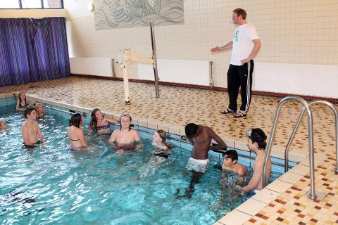 Legges ned: Lærer Mats Josefsen i bassenget ved Mosjøen skole, under en svømmetime med 7. klasse. Neste skoleår må elevene på Kippermoen. Foto: jon steinar linga