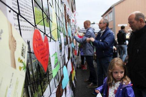 #jeg er her: Redd Barnas kampanje mot seksuelle overgrep mot barn #Jegerher er i gang i Mosjøen. Fredag åpnet SMISOs sikkerhetsnett i Sjøgata – med 150 frammøtte.Foto: Stine Skipnes