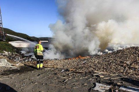 Brann: Brannvesnet jobber med slukking etter at det brøt ut brann i en haug med treverke på SHMIL. foto: tRULS-EINAR jOHNSEN