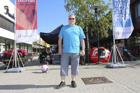 Fly: Lørdag sanket Bjørn Larsen stemmer i valgkamp på torget i Mosjøen. Han er klar på at han og Per Sandberg per dags dato er på kollisjonskurs i Hauan-saken. Foto: Jon Steinar Linga