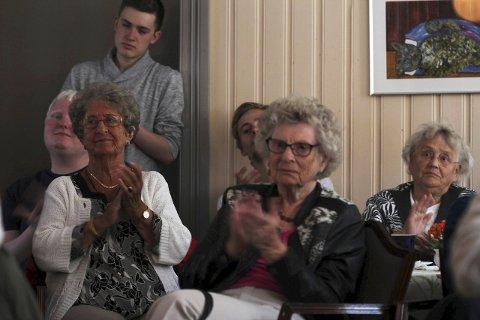 Applaus: Lunsjkonserten på Kulturverkstedet har sitt trofaste publikum, og fredag fikk de en smak fra kabareten «Stambordet».