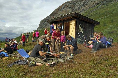 Innvielsen av gapahuken var populær og rundt 90 deltakere var innom på turen opp mot toppen.
