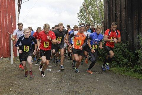 Duell: Mange var spente på løpsduellen mellom Lasse Blom (nr. 10) og Rolf Einar Jensen (nr. 38) på den 17 km lange løypa i aktivklassen. Foto: Vegard Olsen