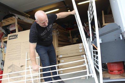TRAVELT: Daglig leder ved asylmottaket i Sandnessjøen, Kenneth Pedersen har mange senger å skru sammen før de første flyktningene fra Syria kommer. Foto: Jarl G. Sandholm