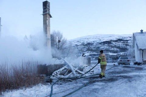 FORTSATT VARMT: Brannen startet lørdag morgen. Søndag ettermiddagen utførte brannvesenet etterslokking i branntomta. Foto: Jon Steinar Linga