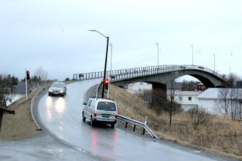 En trailer hadde problemer på Herøysundbrua torsdag morgen. Det meldes om mildvær, regn og glatte veier på kysten av Helgeland i  helga og nesten uke.   Arkivfoto: Charles Moursund