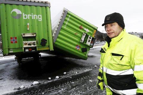 VELTET: Bjørnar Myrnes fra Mosjøen Industriterminal var på plass for å ta hånd om en tilhenger som veltet i Havnegata søndag.