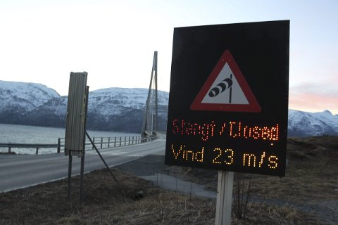 Stengt: Helgelandsbrua stenges i perioder på 90 minutter før bilene slippes gjennom. Så stenges den i nye 90 minutter. Vedlikeholdet på brua avsluttes om vinden blir for sterk. Foto: Jarl G. Sandholm