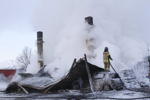 Nedbrent: Huset ble fullstendig nedbrent i brannen. Her driver brannvesenet etterslokking i branntomta. Foto: Jon Steinar Linga