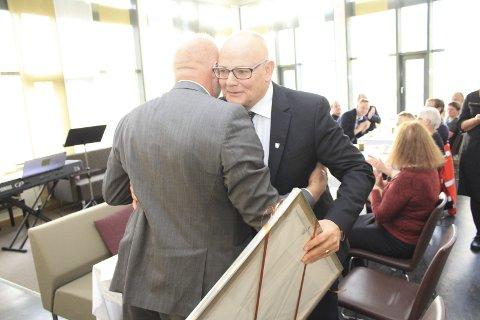IKKE HVERDAGSKOST: Rådmannen ga ordføreren er real klem etter å ha mottatt bildet i gave i kantinen i rådhuset onsdag. Foto: Jon Steinar Linga