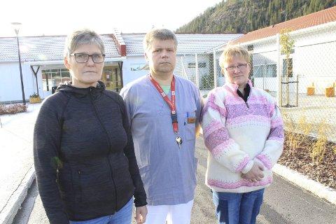 Tillitsvalgte: May-Britt Mørch Jacobsen, Marit Sørgård og Trond Jonassen ropte varsku i Helgelendingen mandag. Foto. Jon S Linga