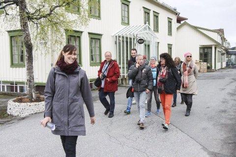 TURISME: I mai skrev avisa om tyske journalister som lot seg imponere av Mosjøen. Her er de på omvisning med Katrine Remmen Wiken som guide. Nå viser tallene at Helgeland har hatt tidenes turistsommer.