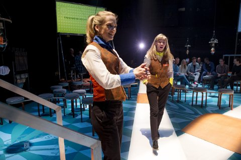Forventninger: Ane Dahl Torp (t.v.) og Marie Blokhus leder quizen i «Fridomens vegar» på Det Norske Teatret. Foto: Håkon Mosvold Larsen / NTB scanpix