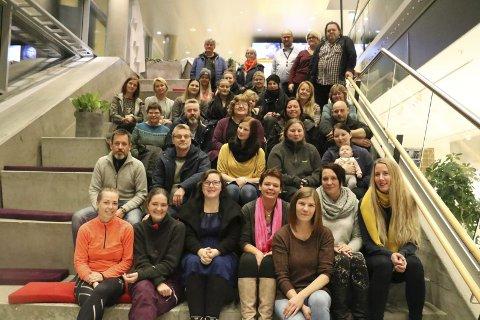 Glad: Eline Bergquist i Pass it On Sandnessjøen bekrefter at det blir innsamlingsaksjon til trengende før jul også i år. 35 møtte på informasjonsmøtet i Kulturbadet torsdag kveld, og noen flere har også meldt seg som frivillig. Foto: Jill-Mari Erichsen