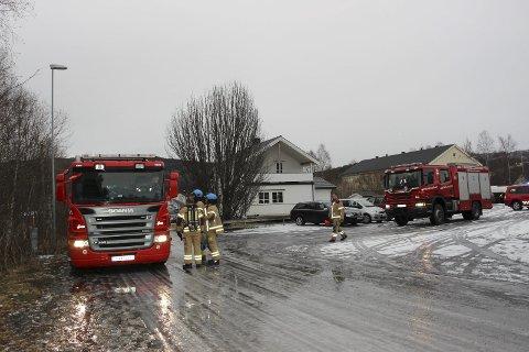 Brannvesenet i Vefsn rykket ut, men heldigvis var det ikke spor av verken brann eller røyk ved Olderskog skole.  Foto: Rune Pedersen