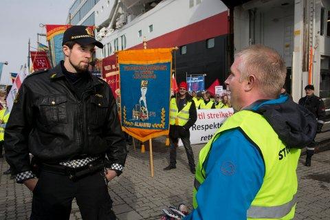 Streikende havnearbeidere i Tromsø hindret lossing av Hurtigruten i 2014. Nå skal Høyesterett ta stilling til om boikott er et grunnlovsbeskyttet kampmiddel, eller om EØS-avtalens regler om fri etableringsrett skal gå foran