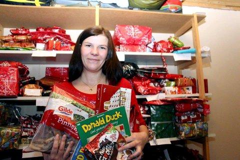 Usikkert: Ildsjelen Eline Bergquist startet «Pass it On» i Sandnessjøen i 2014. Foreningen har nå blitt en stiftelse, med et eget styre og har hjulpet flere hundre mennesker med julemat og julegaver siden oppstartet. i år er det usikkert om det blir innsamling, fordi eline trenger hjelp. Torsdag er det åpent møte i Kulturbadet om saken. Foto: Jostein Pedersen