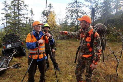 Ivar Rystad, Roy Nicolaisen og Erik Åkvik Greger leter etter elgen.