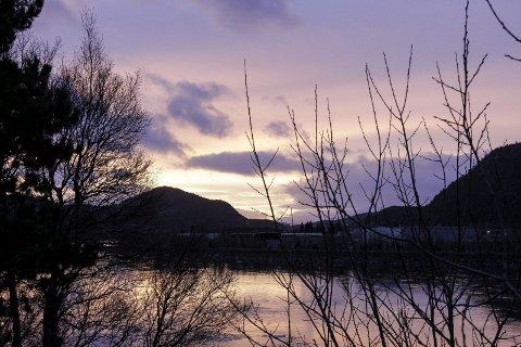 LYS HIMMEL: Sola er ikke lett å se på årets mørkeste dag, men den lyser opp himmelen i sør. Solsnu er det mange som kaller vintersolverv, som i år eronsdag  21. desember.   FOTO: PER VIKAN