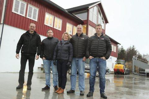 VOKSER: Norsk Fisketransport AS blir stadig større. I dønna er det fem ansatte på land. Stig Hjortdahl (til venstre), Erling Lorentzen, Hennie Halvorsen, Magne Edvardsen og Børge Lorentzsen.Foto: Jarl G. Sandholm