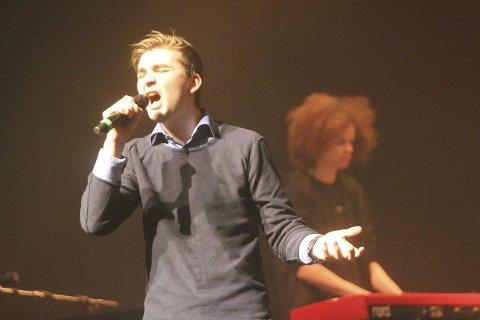 Vetle Langø er vokalist i UKM-bandet Skill & Tones. Dommerne valgte å gi bandet grønt kort til fylkesmønstring i Bodø i april. I bakgrunnen: Peter Lawrence. Foto: Jon Steinar Linga