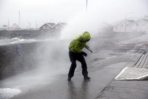 Det blåste friskt i Bodø sentrum lørdag formiddag da ekstremværet Ole traff land i februar i fjor. Arkivfoto: Marius Helge Larsen / NTB scanpix