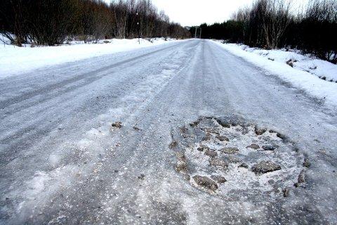 ELENDIG: Veistandarden på fylkesveiene er dårlig, som her på FV 828. Arkivfoto