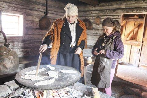 Å steike flatbrød på bål var en av mange aktiviteter under tidsreise på museet.